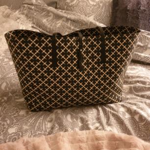 Äkta Malene Birger handväska i bra skick. Köpt för 3.500 kronor och endast använd i ett år