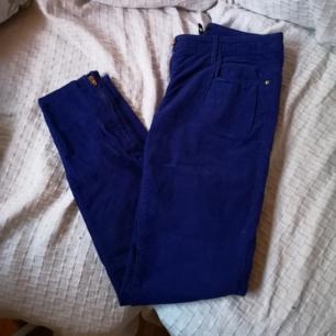 Radient blue, sjukt fina högmidjade manchesterbyxor från H&M med dragkedjeslit på sidorna. Tyvärr blivit lite för små. Frakt 54kr.