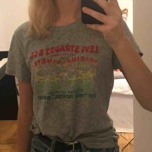 Snygg o bekväm t-shirt från Levis, köpt i påskas i Miami men knappt använd. Säljs pga det blir kallt nu i vinter så kommer inte använda den.