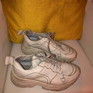 Offwhite sneakers från Pavement i storlek 38! Vid snabb affär kan jag förhandla om pris :)