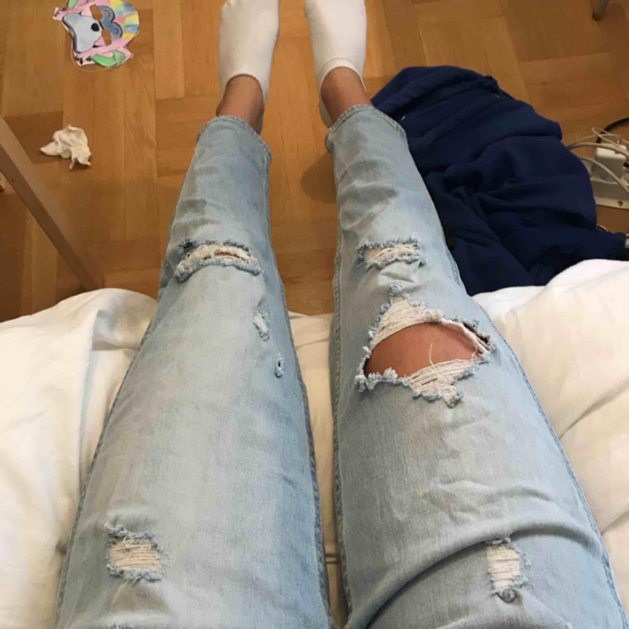 Snygga boyfriendjeans från Hollister. Storlek 23/00 men passar mer S, de är lite stora för mig som brukar ha W24.. Jeans & Byxor.