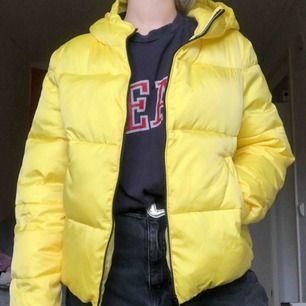neongul puffer jacket! använd fåtal ggr!