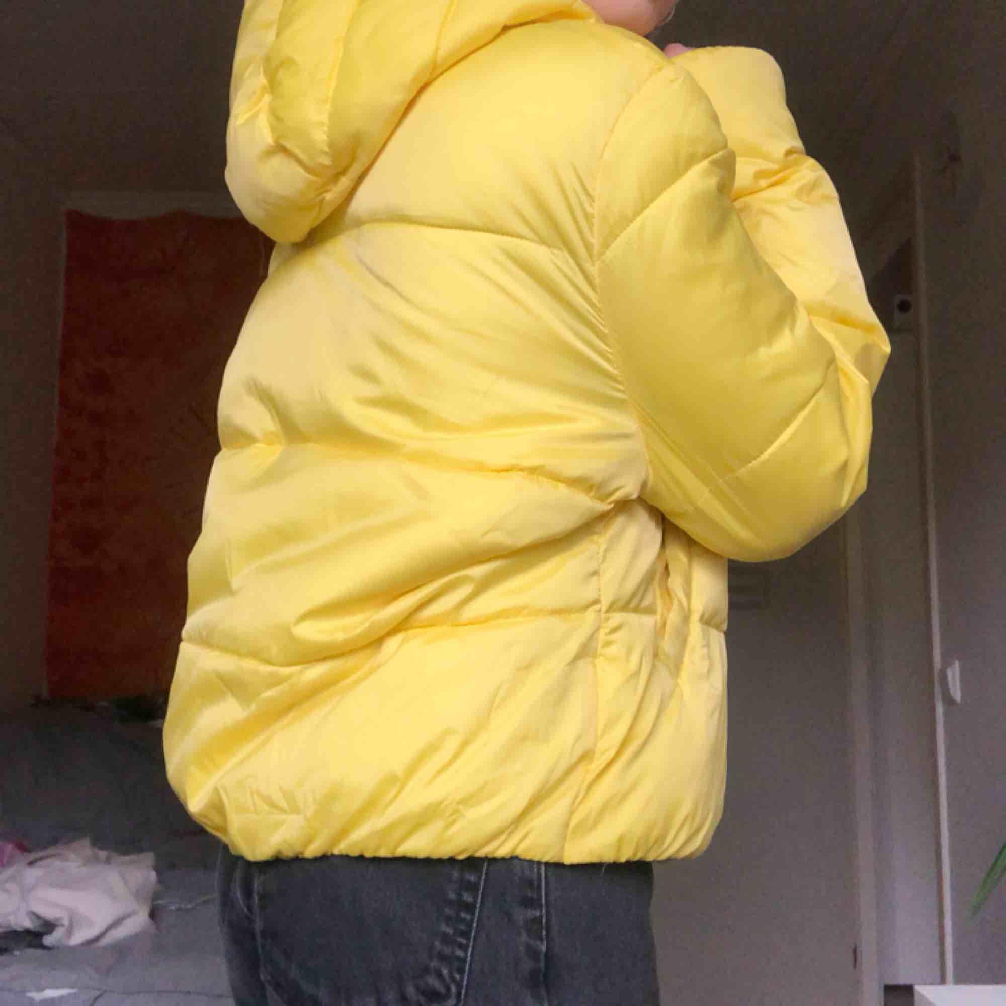 neongul puffer jacket! använd fåtal ggr!. Jackor.