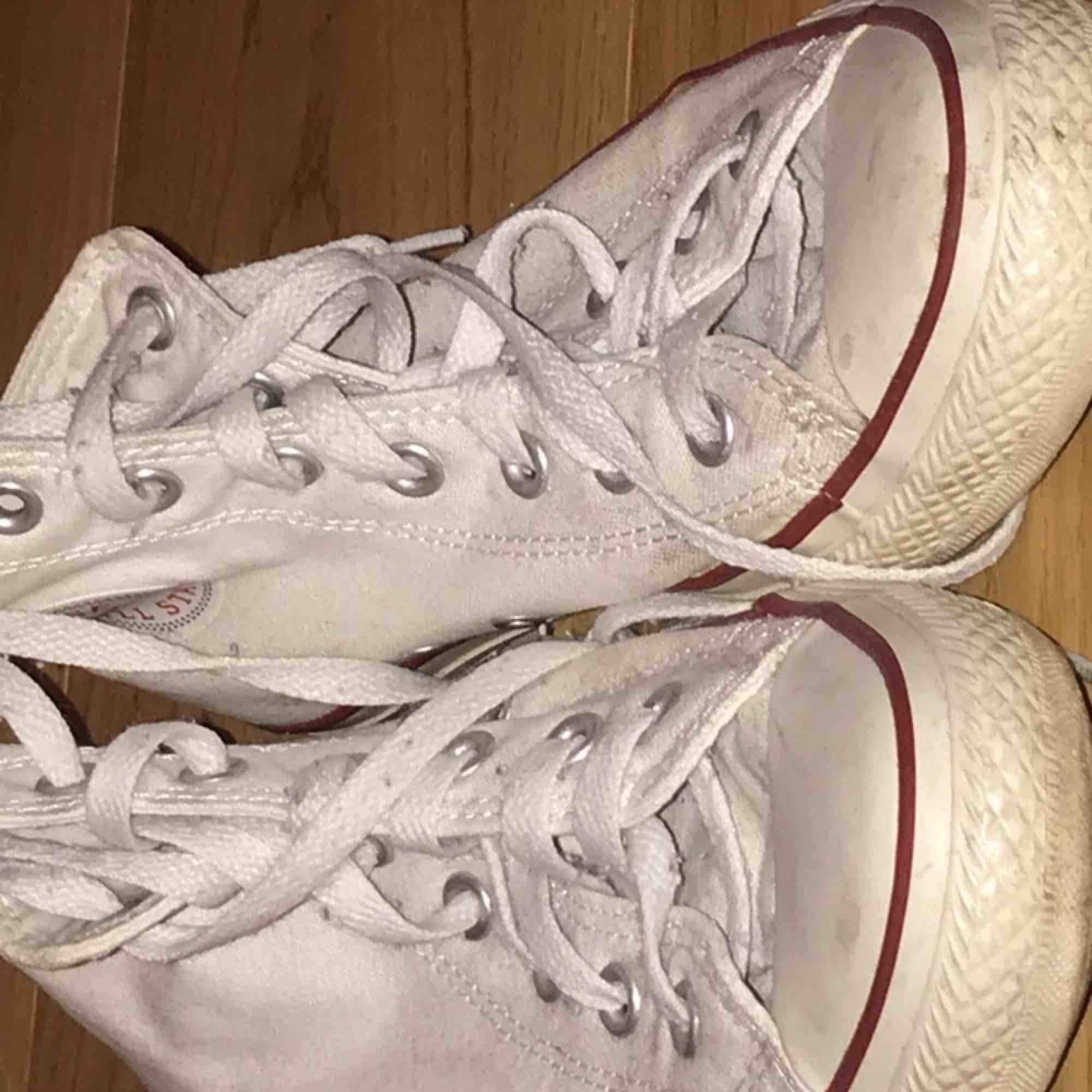 vita converse, lite slitna och smutsiga på sulan men annars jättefina🦋💓. Skor.