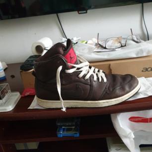 skinn Nike Air Jordan slitna fast inte trasiga st 45 på eskilsvägen vid Haninge centrum men kan skickas