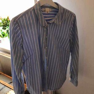 Super fin blåvit randig skjorta som passar perfekt till alla tillfällen!! ❤️