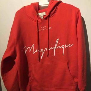 Super mysig röd hoodie med fransk text på! Säljs för inte min stil längre. Bara använt 3 gånger och i superbra skick! Frakt tillkommer och ligger på 70kr