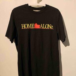 Storlek S men sitter löst då så skulle kunna funka som M. Super cool home alone tröja endast använt 2 gånger och i asbra skick! 💞 Frakt tillkommer och ligger på 54kr😊