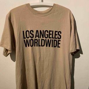 Jätter fin t-shirt från h&m. Säljs för inte min stil längre och får ingen användning. Endast använt 1 gång så i super skick! Frakt tillkommer och ligger på 50kr💕