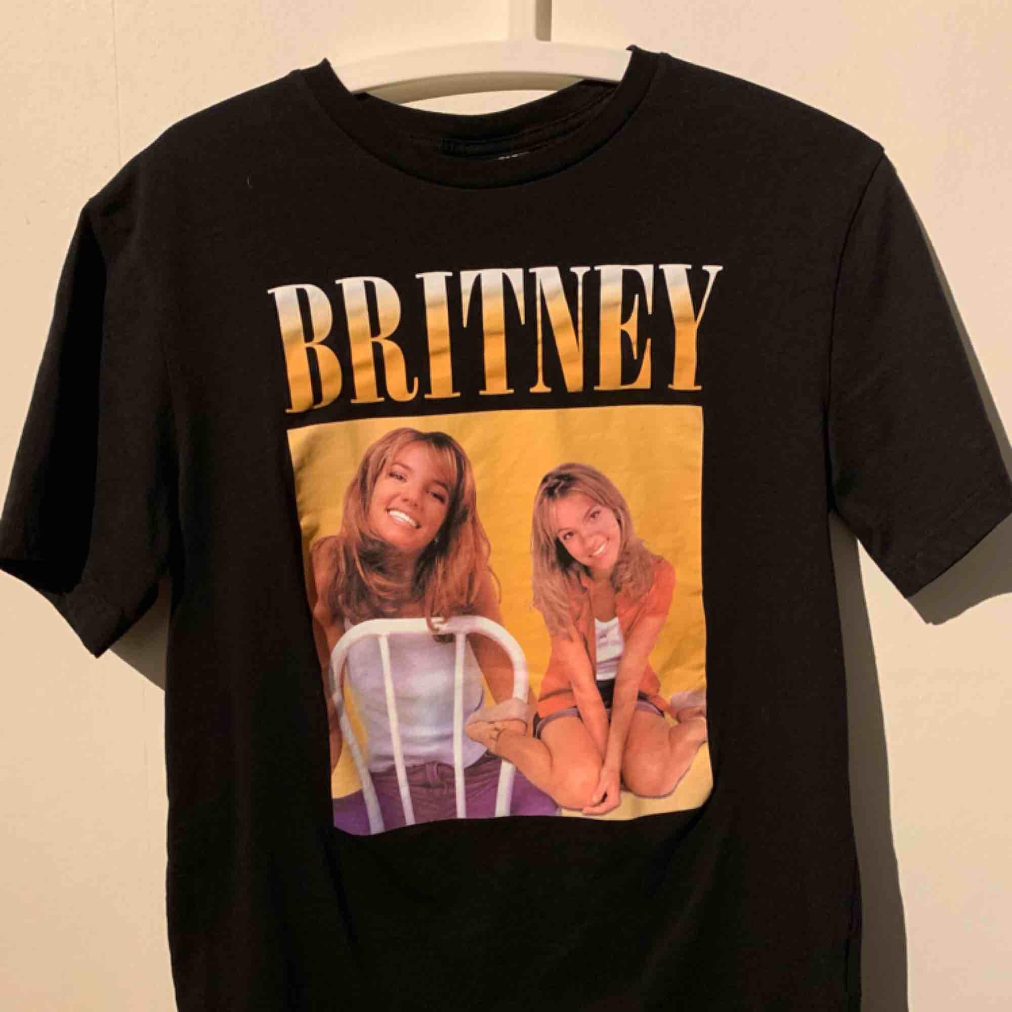 Skiiiittt snygg tröja och endast använt 2-3 gånger! Säljs för sitter för tajt för min smak och får ingen användning längre. Toppen skick! Köparen står för frakt!💕. T-shirts.