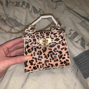 En snygg mini väska i leopard mönster  Köparen står för frakten