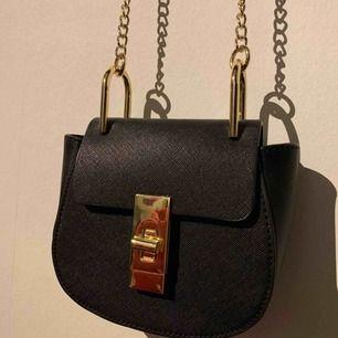 Jätte fin liten väska som jag fick i present men inte i min stil så aldrig använt! Ordinarie pris 299 kr och säljs för 100💕 frakt tillkommer