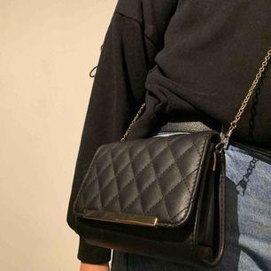 Jätte fin svart väska jag fick i present men inte min stil så aldrig använt. Ordinera pris 299kr. Frakt tillkommer💕