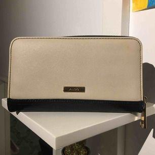 Jätte fin plånbok från Aldo men aldrig använts! Ordinera pris 300kr. Kom dock med en liten väska/kort hållare men ville behålla den, därför mycket sänkt pris. Men fortfarande jätte fin plånbok och i suuuuper skick 💕 frakt tillkommer