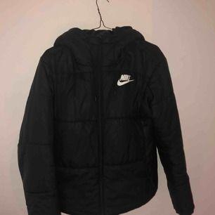 Nike jacka som jag köpte förra året bra skick har bara använt några få gånger köpte för 999