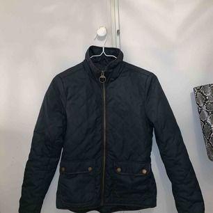 Säljer en marinblå jacka som är i super skick!! Höst och vår jacka skulle jag säga