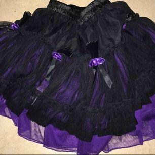 Mini skirt lila/svart knappt använd