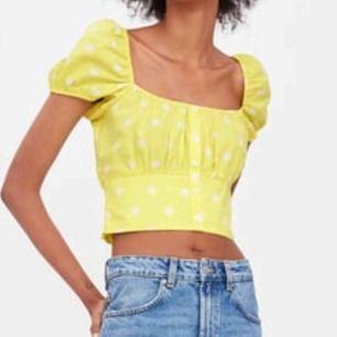 En söt puff sleeve topp från Zara 💛⚡️helt oanvänd! Tog av prislappen för en vecka sedan ungefär. Passar en S & M i storlek <33 frakt 18 kr!