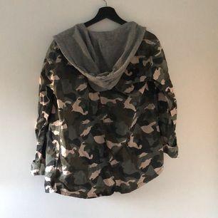 Trendig jacka men ser ut lite som en tröja och en jacka