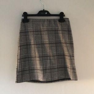Passar mig som är S. Sitter tajt och snyggt. Kort kjol med det populära mönstret