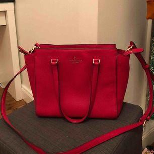 Superfin röd väska från Kate Spade som jag köpte för 3000kr. Väldigt bra skick, köpt i somras. Rymlig men även inte för stor och får plats med mycket.
