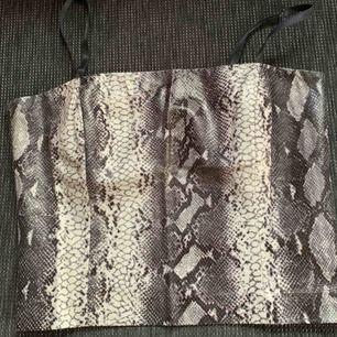 Snyggt ormskinns (fake skinn) linne med öppen rygg! Från Vero Moda strl 40, med justerbara band⚡️ Köpare står för frakt💫