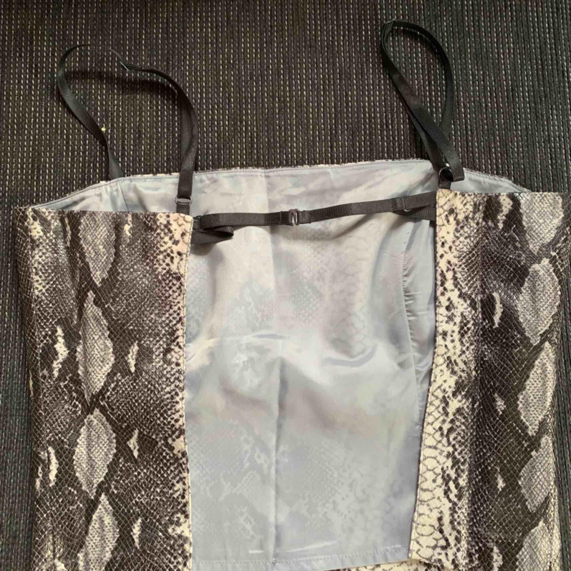 Snyggt ormskinns (fake skinn) linne med öppen rygg! Från Vero Moda strl 40, med justerbara band⚡️ Köpare står för frakt💫. Toppar.