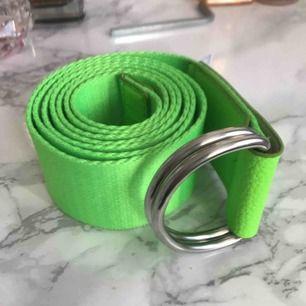 Ett neon bälte med två silver ringar på toppen bra skick 20 kr + frakt 20 kr 💚