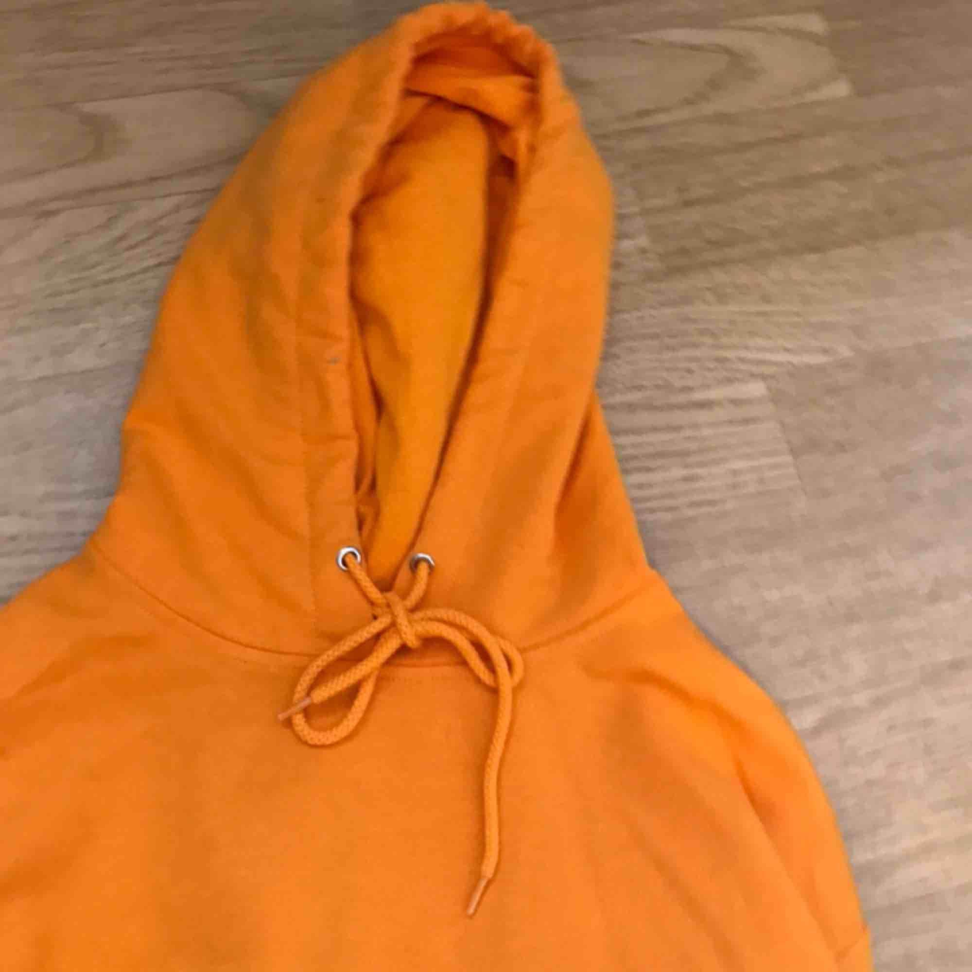 Säljer en orange skit snygg hoodie som tyvärr inte kommer till användning då jag redan har en nästan likadan:( pris kan diskuteras . Huvtröjor & Träningströjor.