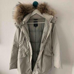 Girls eskimo down coat w/fur! Mycket fin vinterjacka, använd en vinter. Trots att jackan är i storlek 14 år passar den ändå en XS. Nypris: 3200 SEK.