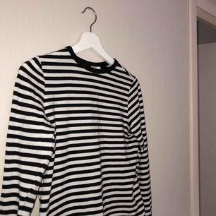 Randig tröja från H&M. Tröjan är ganska tight på mig och jag är vanligtvis en M. Frakten ingår i priset! 🔥