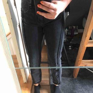 Jättefina raka jeans från Mango men tyvärr fel storlek för mig😢 Köpte för mindre än ett år sedan och har använt kanske 2-3 gånger. Fraktkostnad tillkommer