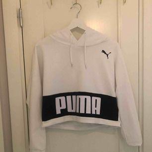 Vit hoodie från Puma, cropped i längden. Använd någon enstaka gång så i fint skick❣️