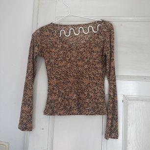 Snygg blus/tröja från humana secondhand. Aldrig använd!
