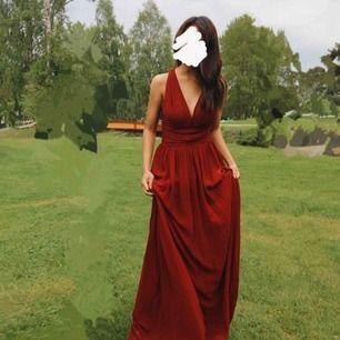 Säljer en jättefin röd balklänning för 250 kr med frakt som används endast en gång!