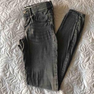 Grå jeans från Gina, använt fåtal gånger, frakt tillkommer🖤