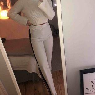 Vita raka byxor med 4 sträck längs sidan