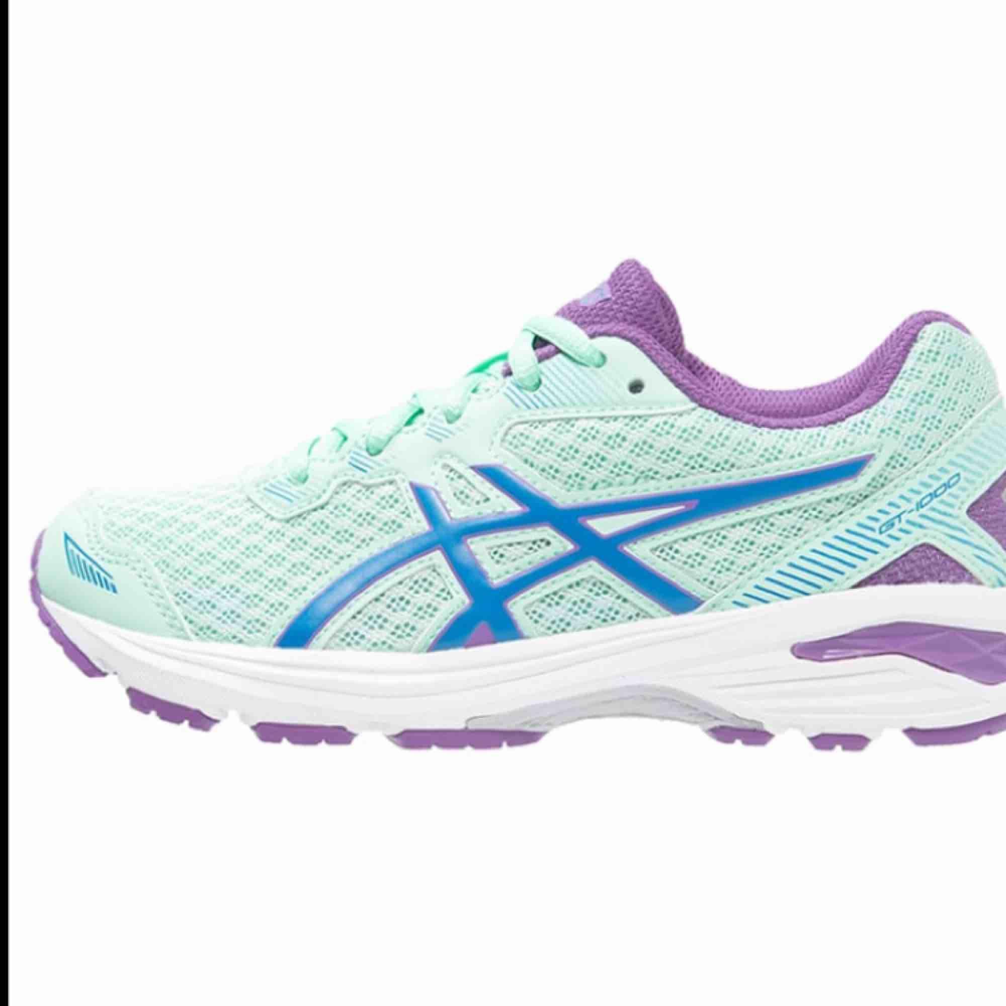 Ett par jättefina Asics skor! GT-1000   Superbra pris då dom är inköpta för typ 700kr elr mer  minns nt exakt! Dom är i superbra skick👍🏻👍🏻 bara att höra av sig om fler bilder elr frågor😊❤️. Skor.