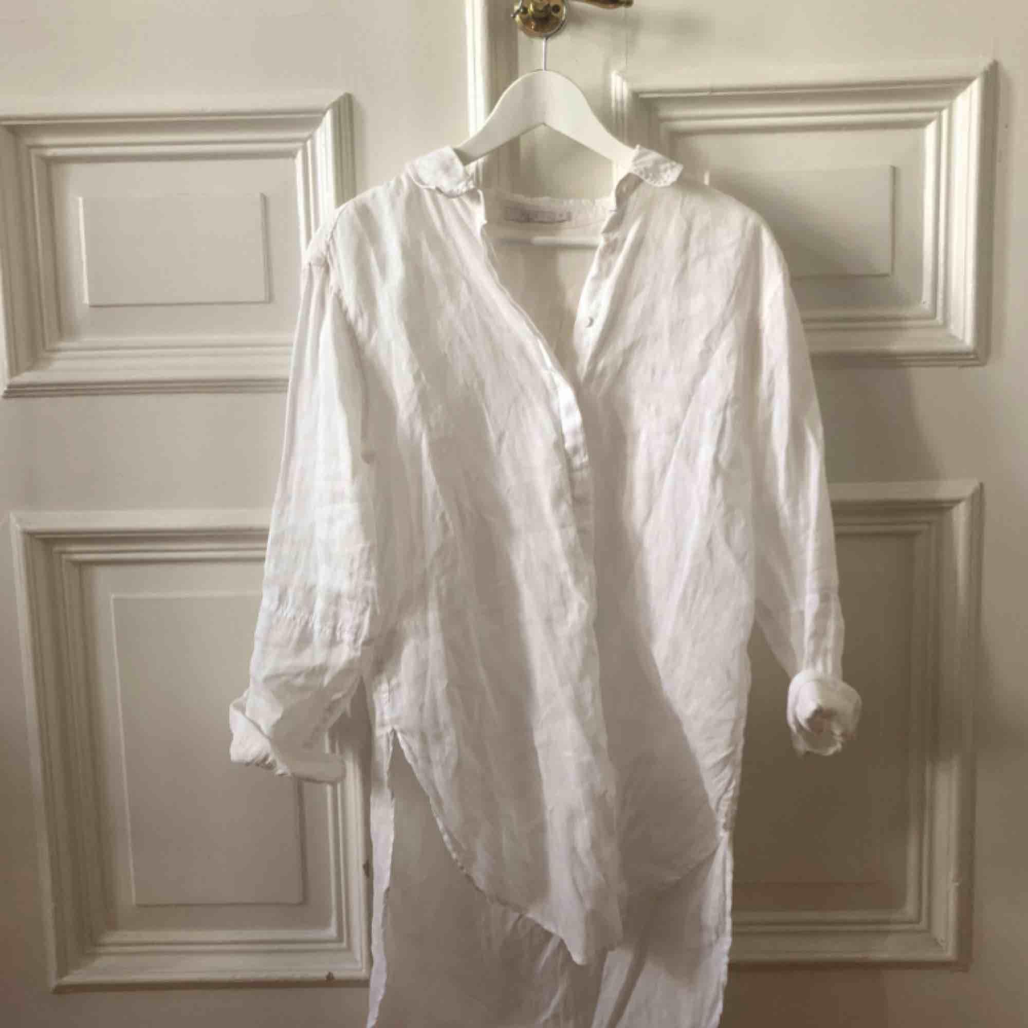 Vit linneskjorta. Kan mötas upp i Gbg, annars tillkommer frakt✨. Skjortor.