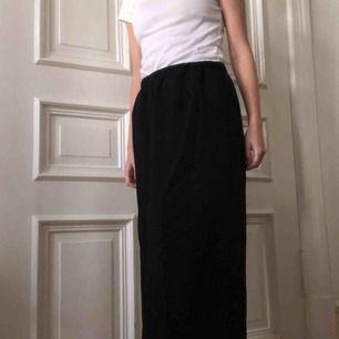 Svart rak kjol från cos. Har en liten slits på ena sodan. Kan mötas upp i Gbg, annars tillkommer frakt✨