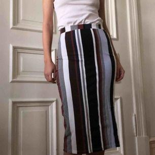 Randig kjol från monki. Kan mötas upp i Gbg, annars tillkommer frakt✨