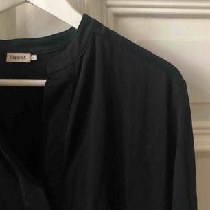 Svart klänning från Filippa k. Kan mötas upp i Gbg, annars tillkommer frakt✨