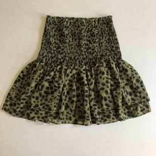 Grön Leopard kjol med volang och stretchig midja passar XS-L