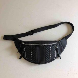 Väska med nitar dragkedja i fake läder använd en gång