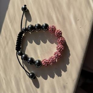 Reglerbart strass-armband i rosa och svart