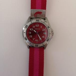 Vattentät klocka från Chameleon köpt på Ur&Penn med datum visare. Batteri behöver bytas
