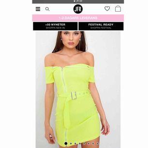 Skitsnygg neongrön klänning, köptes för 400kr, men är endast använd EN gång och är därför i väldigt bra skick.  Säljes på grund av att jag inte använder den. Tajt passform, men passar mig som vanligtvis är en XS/ibland S. Jag är 152 cm lång.