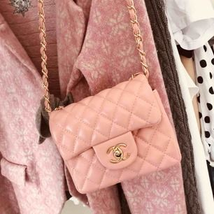 Säljer min oanvända Chanel väska. Dock är det inte en äkta men är i väldigt bra skick. Dessutom är ju den inte använd utan har bara hängt här hemma och väntat. Köparen står för frakten + står INTE FÖR POSTEN SLARV OCH INGA PENGAR TILLBAKA