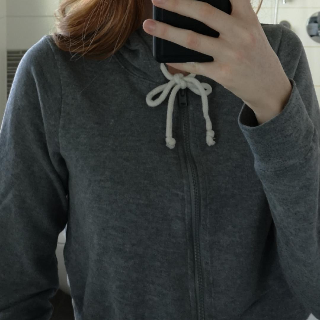 Grå hoodie, knappt använd. . Övrigt.
