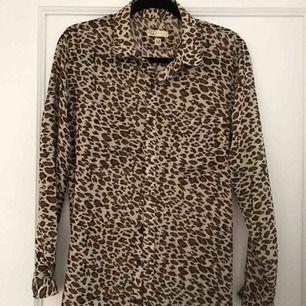 Leoskjorta aldrig använd!  Kan användas utav S och M